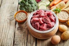 Здоровый корм для животных и ингридиенты стоковые изображения rf