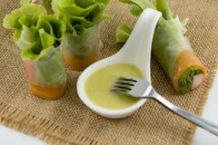 Здоровый крен салата еды с ручкой и овощем краба Съешьте с заправкой для салата морепродуктов на предпосылке старой сумки стоковая фотография
