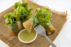 Здоровый крен салата еды с ручкой и овощем краба Съешьте с заправкой для салата морепродуктов на предпосылке старой сумки стоковая фотография rf