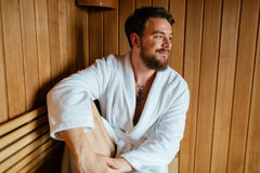 Здоровый мужчина в сауне ослабляя Стоковая Фотография