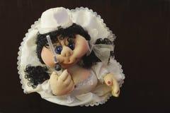 Здоровый! Необыкновенная домодельная кукла жанра в белых пальто и шприце на темной деревянной предпосылке стоковое фото