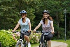 Здоровый образ жизни - велосипеды людей ехать в парке города Стоковое фото RF