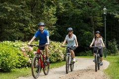 Здоровый образ жизни - велосипеды людей ехать Стоковая Фотография RF