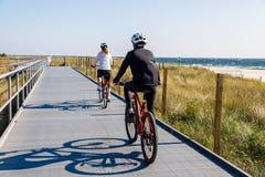 Здоровый образ жизни - велосипеды людей ехать Стоковая Фотография