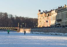 Здоровый образ жизни в городе, лыжники на реке зимы в городе Стоковые Изображения RF