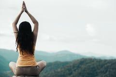 Здоровый образ жизни женщины путешественника сбалансировал практиковать размышляет и outdoors йоги энергии дзэна в утре природа г стоковое изображение rf