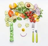 Здоровый образ жизни и dieting концепция Дружелюбная сторона сделанная из различных овощей салата, столового прибора и измеряя ле Стоковое Изображение