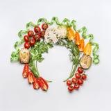 Здоровый образ жизни и dieting концепция Круглая рамка круга различных ингридиентов и зеленых цветов овощей салата на белом backg Стоковое фото RF