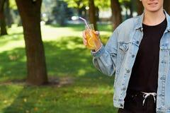 Здоровый образ жизни молодости Счастливый парень с вытрезвителем Стоковые Изображения