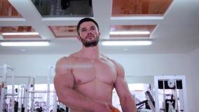 Здоровый образ жизни спорт, уверенный целевой мышечный спортсмен идет к спортзалу во время тренировки на строя мышце и акции видеоматериалы