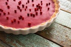 Здоровый пирог lingonberry в блюде выпечки на затрапезном деревянном bac сини Стоковая Фотография RF