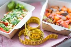 Здоровый план питания Свежая ежедневная поставка ед Еда ресторана для одного, овощ, мясо и плодоовощи в коробках фольги, воде выт Стоковое Фото