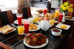 Здоровый плодоовощ завтрака семьи, хлеб, сок Стоковая Фотография RF