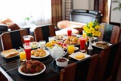 Здоровый плодоовощ завтрака семьи, хлеб, сок Стоковые Изображения