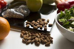 Здоровый плодоовощ, овощи и гайки, масштабы и измеряя лента Потеря веса и правая концепция питания стоковое изображение rf