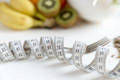 Здоровый плодоовощ, овощи и измеряя лента вокруг вилки Потеря веса и правая концепция питания стоковое изображение