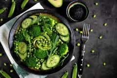 Здоровый салат брокколи, зеленых горохов, огурца и авокадоа с arugula и оливковым маслом еда здоровая Взгляд сверху Стоковое Фото