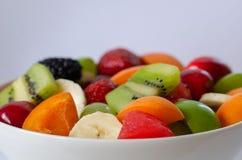 Здоровый салат свежих фруктов в белой плите Взгляд сверху стоковые фотографии rf
