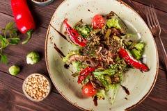 Здоровый салат с rucola, болгарским перцем, томатами, цукини, брокколи, ростками Брюсселя, спаржей, соей на деревянной предпосылк Стоковое фото RF