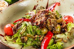 Здоровый салат с rucola, болгарским перцем, томатами, цукини, брокколи, ростками Брюсселя, спаржей, соей на деревянной предпосылк Стоковые Фотографии RF