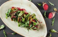 Здоровый свежий салат с испеченными свеклами, зелеными цветами, arugula, ш стоковое фото