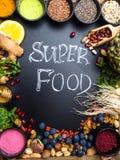 Здоровый супер выбор еды на деревянной предпосылке Высокий в противостарителях, витаминах, минералах и антоцианинах стоковые изображения