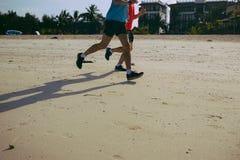 Здоровый уклад жизни Утро пляжа бега 2 бегунов Стоковое Фото