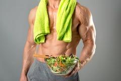 Здоровый человек есть салат Стоковые Фотографии RF
