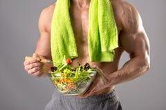 Здоровый человек есть салат Стоковые Изображения