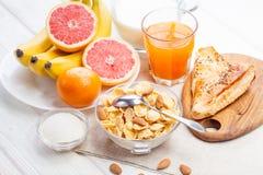 Здоровый шар корнфлексов, плодоовощ завтрака, свежий сок, молоко Стоковая Фотография