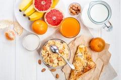Здоровый шар корнфлексов, плодоовощ завтрака, свежий сок, молоко Стоковые Изображения RF