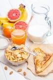 Здоровый шар корнфлексов, плодоовощ завтрака, свежий сок, молоко Стоковые Изображения