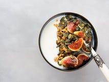 Здоровый шар югурта завтрака с granola и смоквой Стоковое Изображение RF