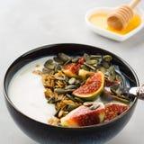 Здоровый шар югурта завтрака с granola и смоквой Стоковые Изображения
