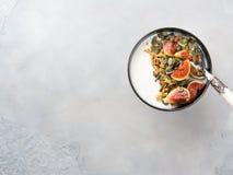 Здоровый шар югурта завтрака с granola и смоквой Стоковое фото RF