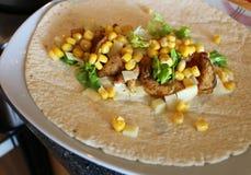 Здоровый tortilla с мясом, салатом, сыром и мозолью Стоковые Изображения