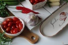 здоровье, еда, зеленый цвет, овощи, vegan, огурец, лук, chives, чеснок, комплект лука, травы, укроп, верхняя часть, верхняя часть Стоковое Изображение RF