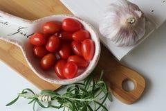 здоровье, еда, зеленый цвет, овощи, vegan, огурец, лук, chives, чеснок, комплект лука, травы, укроп, верхняя часть, верхняя часть Стоковые Фотографии RF