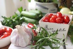 здоровье, еда, зеленый цвет, овощи, vegan, огурец, лук, chives, чеснок, комплект лука, травы, укроп, верхняя часть, верхняя часть Стоковые Изображения