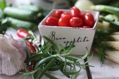 здоровье, еда, зеленый цвет, овощи, vegan, огурец, лук, chives, чеснок, комплект лука, травы, укроп, верхняя часть, верхняя часть Стоковые Фото