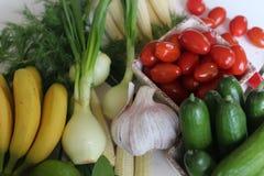 здоровье, еда, зеленый цвет, овощи, vegan, огурец, лук, chives, чеснок, комплект лука, травы, укроп, верхняя часть, верхняя часть Стоковые Изображения RF