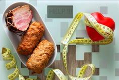 здоровье планшеты, сердце вместе с жирной пищей как концепция полного, плохого питания или стимул к здоровому lifestyl стоковые фотографии rf