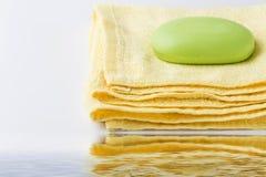 здоровье чистоты предпосылки изолировало белизну полотенца мыла pledge стоковые фото