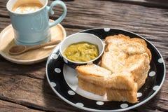 Здравица и кофе на деревянном столе в утре Стоковое Изображение