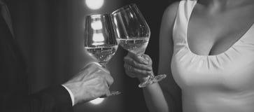 Здравица пар clink стекла с белым вином стоковое фото rf