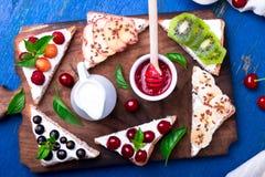 Здравица плодоовощ на деревянной доске на голубой деревенской предпосылке Еда здорового завтрака чистая вокруг номеров измерения  Стоковое Изображение