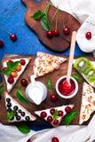 Здравица плодоовощ на деревянной доске на голубой деревенской предпосылке Еда здорового завтрака чистая вокруг номеров измерения  Стоковая Фотография