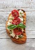 Здравица с зажаренными томатами и рикоттой стоковые изображения