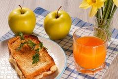 Здравица с маслом и сыром на белой плите, 2 яблоках, стекле o Стоковая Фотография RF