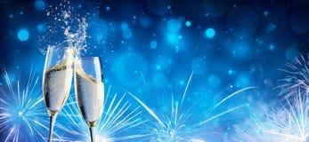 Здравица с Шампанью и фейерверками стоковое фото